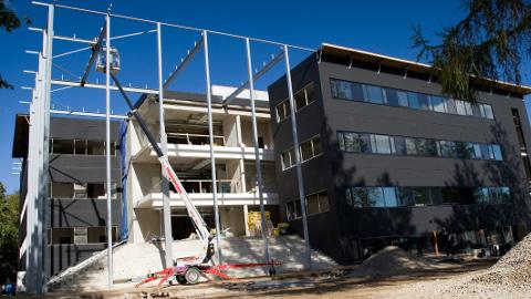 Jõhvi kohtumaja ehitus septembris 2010. Mõni kuu hiljem võetakse ehitis vastu ning keegi ei tee numbrit sellest, et näiteks katuse kalle ei vasta projektile ning ka hoone sokliosas ja vundamendis on puudusi.