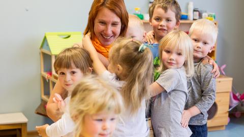 """Silja Sarap Toila lasteaiast Naerumeri, kes tunnistati mullu Eesti aasta lasteaiaõpetajaks, rõõmustab palgatõusu üle nagu tema kolleegidki. """"Loomulikult on suur asi, et palka tõstetakse ja riik sellesse panustab, sest praegu on see omavalitsustes nii erinev. Aga minu arvates peaks olema eesmärk, et lasteaia- ja kooliõpetaja palk on võrdne. Lasteaias on samasugused õpetajad nagu koolis."""""""