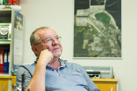 Tõnis Seesmaa on viimased 17 aastat tegelnud Sillamäe sadama ja vabatsooni kinnisvara haldamisega, aga selle kõrvalt püüab ta Ida-Viru elu edendada ka mitmete siinsete õppeasutuste hoolekogudes ja nõukogudes.