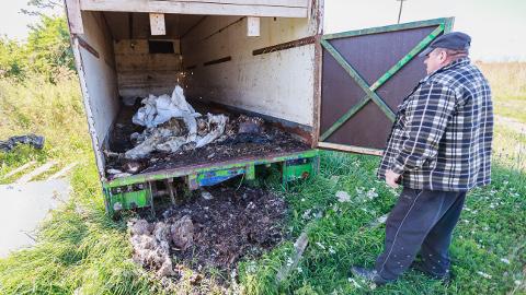 Viktor Krapivin näitab oma suvila lähedal asuvat konteinerit, kuhu tema naaber surnud kitsed ladestab.