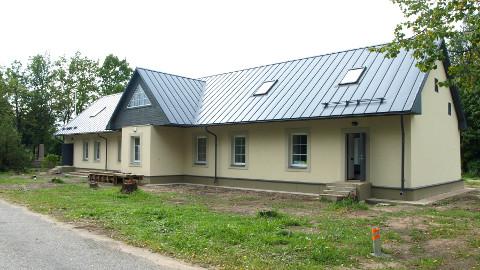 Pikalt veninud ehitus on jõudnud nägusa tulemuseni − Lohusuu kogukonnamaja püüab pilku.