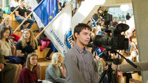 TÜ Narva kolledži vastsed välistudengid sattusid suure meediatähelepanu alla. Pildil annab teleintervjuud Georgi Nikitin Usbekistanist, kes asub õppima infotehnoloogiat.