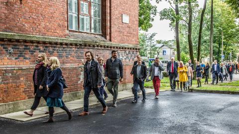 Pärast bussiekskursiooni ja jalutuskäiku Kreenholmi territooriumil viidi külalised Narva kunstiresidentuuri, kus neid kostitati kunstinäituse, muusika ja ettekannetega Narva käimasolevatest ning tulevastest arendusprojektidest.