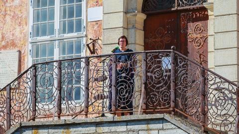 Narva esimeseks naislinnapeaks saada unistav Katri Raik Narva raekoja trepilt agiteerimas.