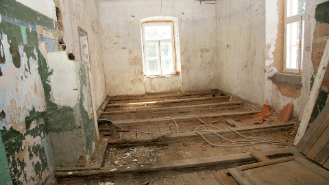 Seitse aastat remonti oodanud Kukruse mõisa läänetiib peab tööde algust veel mõnda aega ootama.