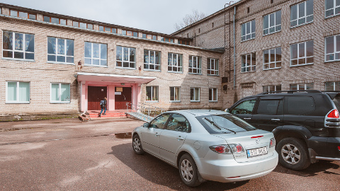 Narva täiskasvanute kool. Just siit levisid nädala alguses signaalid, et õpilasi on survestatud direktori poolt hääletama.