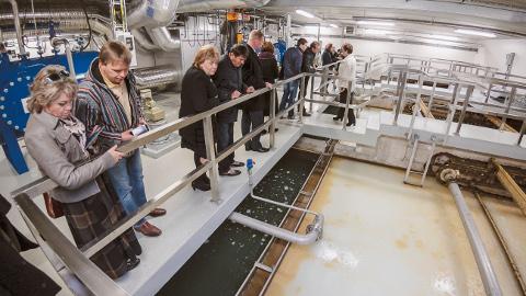 Ekskursioonid ASi Narva Vesi nüüdisaegsesse veepuhastusjaama toimusid juba kaks aastat tagasi, kui käis uute masinate seadistamine. Sellele fotole on jäädvustatud ekskursandid − Narva linnavolikogu liikmed. Tänavu septembris, kuu aega enne valimisi, jõudis kätte aeg tutvustada veepuhastusjaama ka gümnaasiumiõpilastele.