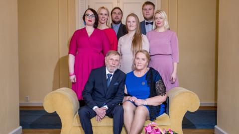 Perekond Sibrits Estonia kontserdimajas. Seisavad lapsed Heili (40), Ketrin (33), Erko (29), Vivien (19), Magnus (25) ja Maimu (37).