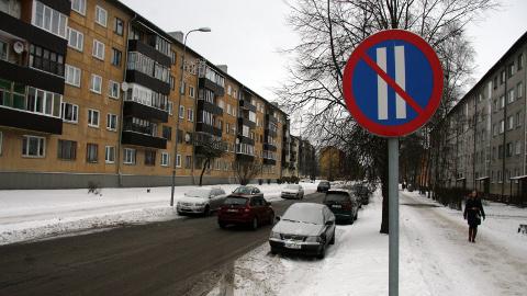 Talvel on Olevi tänava koristamine teetöölistele eriti keeruline, kuna keelumärkidest hoolimata pargitakse seal masinaid mõlemale poole teed.
