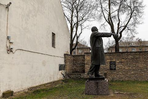 Praegu Narva linnuse hoovis elutsev Lenin näitab mõnele siiani suunda.