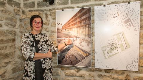 Sisekaitseakadeemia rektor Katri Raik väljendab kehakeeles, mida ta arvab Narva õppekeskuse arhitektuurikonkursi võidutööst. Hoone Kerese ja Kreenholmi tänava nurgal peaks valmima 2020. aastal.