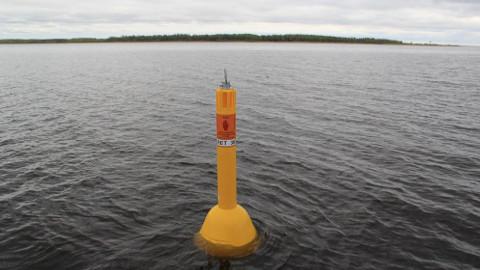 Peipsi järvele ja Narva jõele paigaldatud toodritest edasi minna ei tohi − piir on väga lähedal.