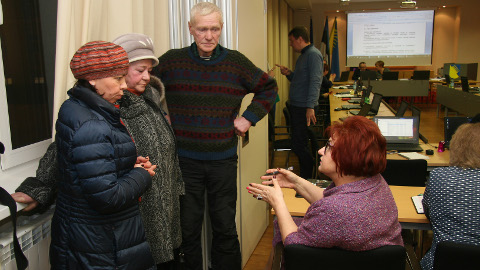 Linnapea Ljudmila Jantšenko püüdis istungi vaheajal linnajuhtide suurest palgatõusust nördinud linnaelanikele selgitada, miks nii suur palgatõus on põhjendatud, ent tal ei õnnestunud saavutada mõistmist.