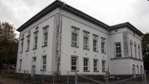 1950. aastal ehitatud neoklassitsistlikus stiilis endine kultuurimaja hoone seisab juba aastaid kasutult, kuid selle lammutamise vastu on muu hulgas ka muinsuskaitseamet.