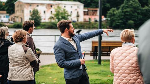 Narva peaarhitekt Ivan Sergejev näitamas külalistele, miks peaks Narva saama 2024. aasta Euroopa kultuuripealinnaks.
