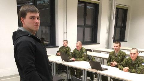 Nooremseersant Kristjan Palm oli üks esimesi, kes eile õppekogunemisele jõudis. Kokku peaks Jõhvi saabuma 669 meest.