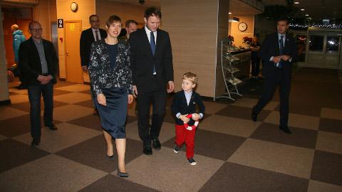 """Vabariigi presidenti Kersti Kaljulaidi tervitas koos isa Mehis Luusiga Toila vabatahtliku merepäästeühingu noorim liige − 4aastane Albert Erik. """"Kui sa lähed paati ja hakkad sõitma, peab sul olema päästevest,"""" valgustas ta üht ohutu meresõidu põhitõde. Tulevikus tahaks temagi saada merepäästjaks."""