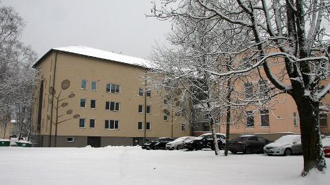 Aasta alguses tuleb Jaama t 34b hoone (pildil) ehitustöödeks vabastada, mis tähendab, et sealt tuleb ära kolida Jõhvi noorukite ravi- ja rehabilitatsioonikeskus. Selleks sai OÜ Corrigo vallalt kümneks aastaks oma kasutusse Jõhvi hooldekeskuse hoone vasaku tiiva ühe korruse.