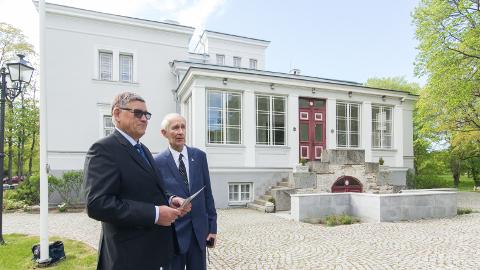 Saka mõisa praegune omanik Tõnis Kaasik (vasakul) tutvustas mõisa viimastele omanikele Löwis of Menaridele ausamba ideed möödunud suvel, kui seal toimus aadlisuguvõsa kokkutulek. Pildil on vestluskaaslaseks Henning von Löwis of Menar.